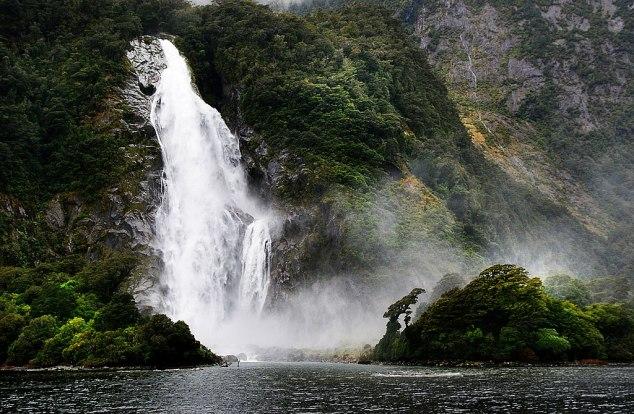 1024px-Bowen_Falls_Milford_Sound_NZ._(10657996025)