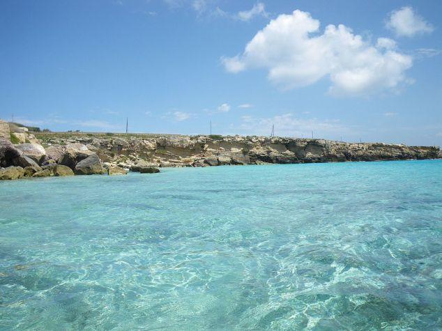 Crystal_clear_water_at_Favignana_-_panoramio